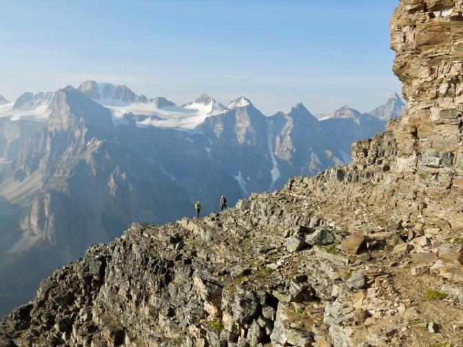 grimpeurs sur l'arête est du Mont Temple